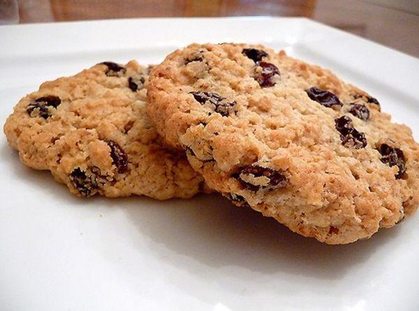 Печенье с вишней и финиками