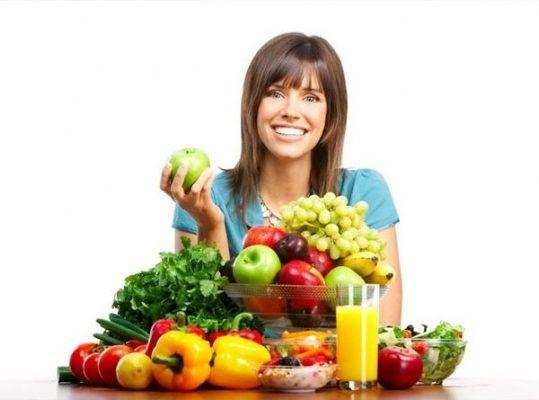 девушка и овощи со фруктами на столе