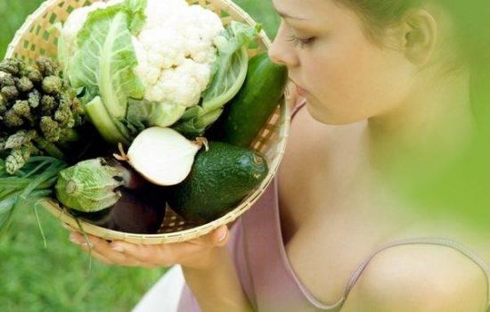 девушка с овощами в корзине