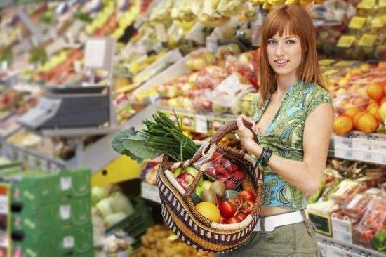 девушка за покупами в супермаркете