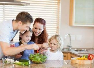 семья приготовление пищи