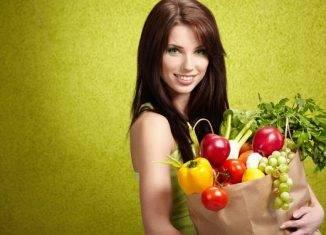 девушка с пакетом с продуктами