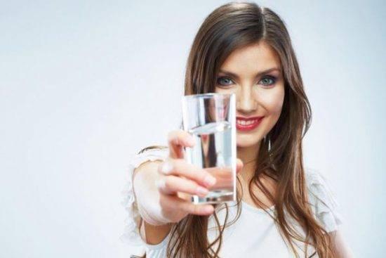 девушка со стаканом в руке