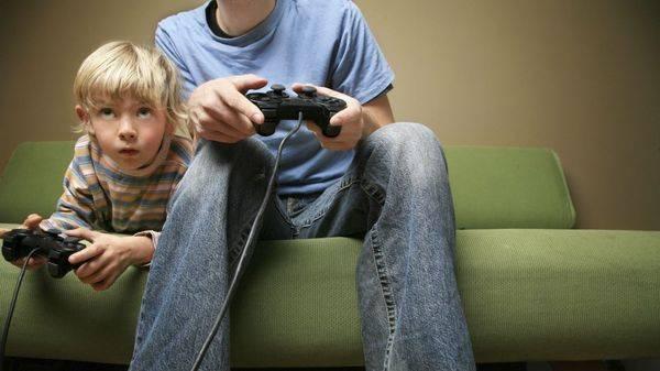 мальчик играет на компьютере