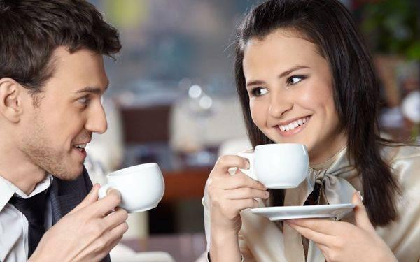 мужчина и девушка пьют кофе