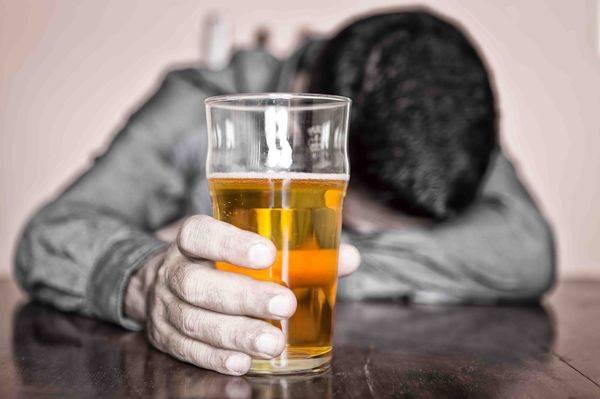 алкоголик с стканом пива